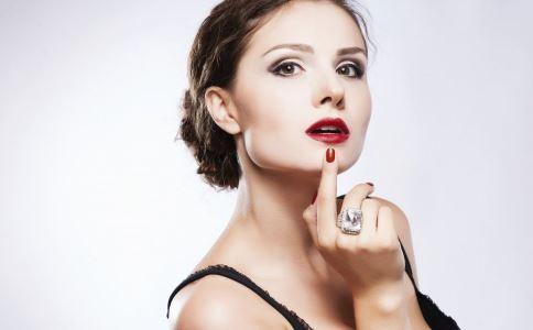 如何让口红不掉色 口红爱掉怎么办 怎么涂口红能保持不掉色