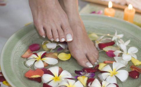 白领泡脚的好处有哪些 泡脚的好处 泡脚的注意事项