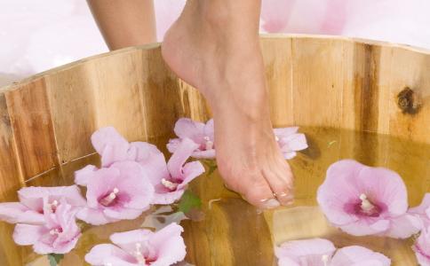 睡前怎么排毒养颜 泡脚可以排毒减肥吗 排毒减肥的方法有哪些