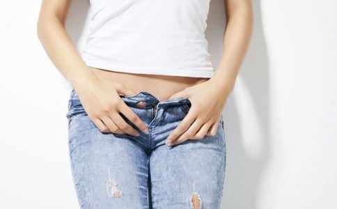 女性下身瘙痒是尖锐湿疣吗 女性尖锐湿疣有哪些症状表现 尖锐湿疣是怎么传播的