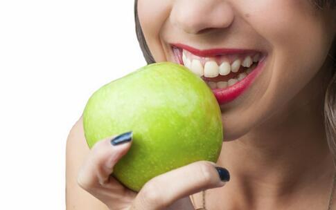 口臭吃什么好 口臭吃哪些食物 口臭的食物有哪些