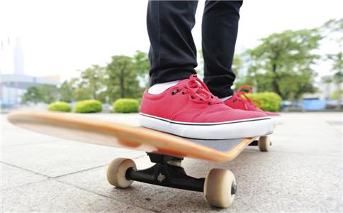 轮滑有什么好处 轮滑怎么滑 轮滑的注意事项
