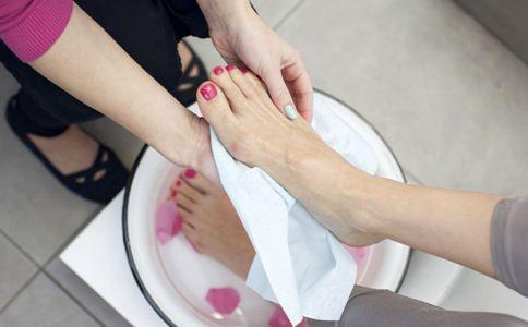女性冬季手脚冰凉怎么办 冬季手脚冰凉的原因 女性手脚冰凉怎么调理