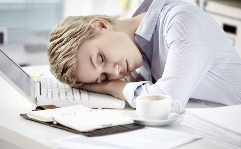 趴着睡有什么危害吗 午休趴着睡可以吗 趴着睡对身体有什么影响
