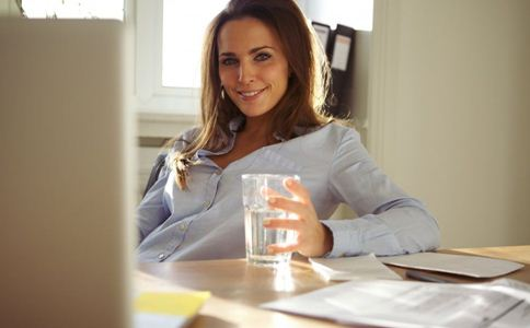 喝水有什么好处 女人如何喝水更健康 女人喝水注意什么