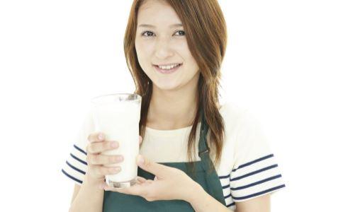 女性喝牛奶常见哪些误区 喝什么样的奶最健康 女性什么时候喝牛奶最好