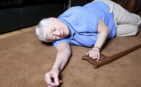 老人意外摔倒的原因是什么 老人意外摔倒怎么办 老人意外摔倒如何急救