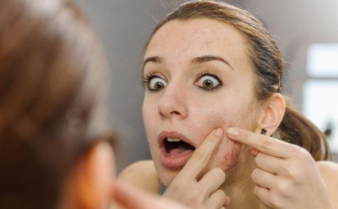女性脸上长痘痘怎么回事 女性脸上长痘痘怎么办 如何保养才能不长痘痘