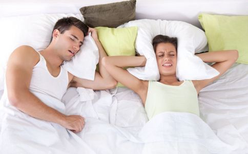 睡觉老爱打呼噜怎么回事 怎么治疗打呼噜 打呼噜怎么治疗