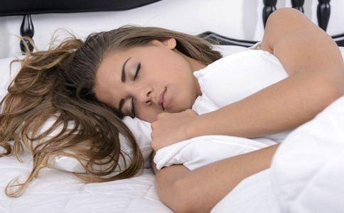 热水泡脚的好处 睡前吃什么好 女性睡前吃什么好入睡