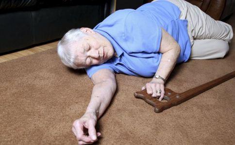 老人跌倒后要不要扶 老人跌倒之后怎么扶 老人如何预防跌倒