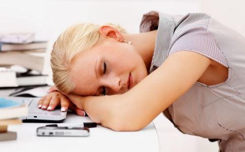 午睡怎么睡好 趴着睡午觉的危害 中午睡觉要怎么睡好