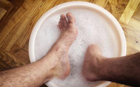 老人泡脚的好处 老人泡脚的注意事项 老人泡脚可以养生吗