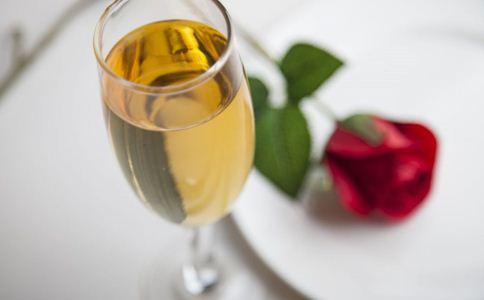 喝黄酒补气血吗 女人冬天喝黄酒的好处 喝黄酒有什么好处
