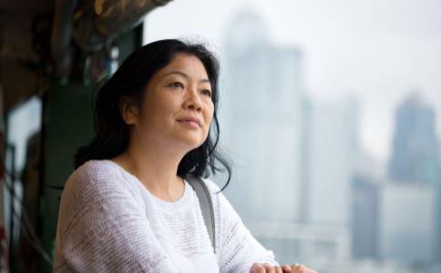 更年期综合症有哪些表现 女性更年期有哪些症状 更年期月经紊乱是怎么回事
