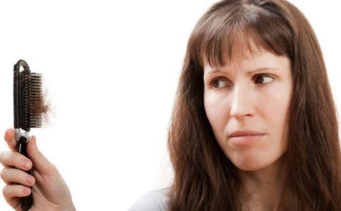 老是掉头发怎么回事 脱发吃什么好 女性脱发吃什么好