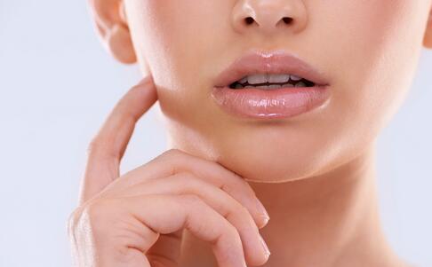 如何预防嘴唇干裂 预防嘴唇干裂的方法 怎么预防嘴唇干裂