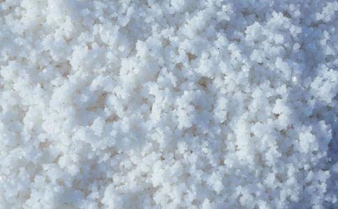 老人偷融雪盐做腌菜 工业盐有什么危害 工业盐和食盐如何区分