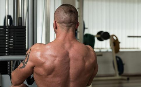 如何增强背部肌肉 背肌训练怎么做 增肌强背要注意什么