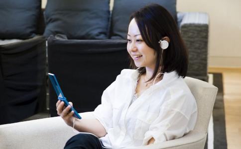 女人经常玩手机会变丑吗 玩手机的危害有哪些 女人为什么要少玩手机