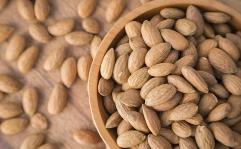 糖尿病患者春节能吃坚果么 糖尿病患者可以吃坚果么 糖尿病患者吃坚果的好处