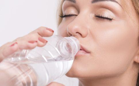 正确喝水能养生 盘点4个错误喝水的方法
