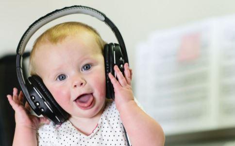 婴儿听力障碍早期有哪些表现 婴儿听力发育与语言发育有什么关系 造成婴儿听力障碍的原因是什么
