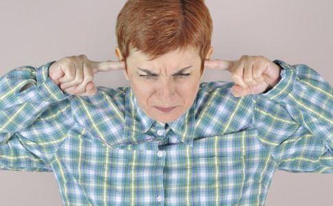耳朵嗡嗡响怎么回事 耳朵嗡嗡响的原因 耳朵嗡嗡响是耳鸣吗