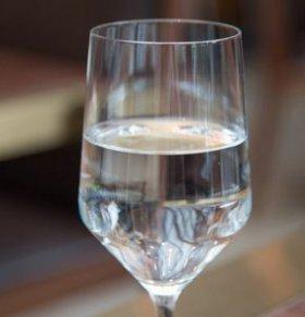 重庆警方破获特大假酒案 如何分辨真假酒