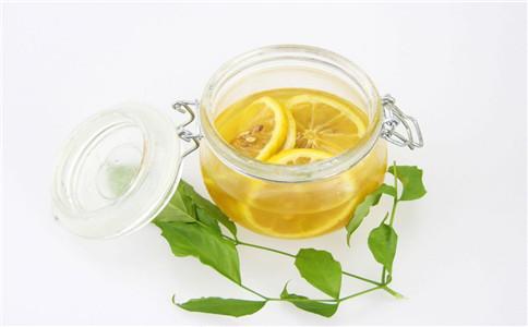 柠檬泡水的功效 什么人适合喝柠檬泡水 吃柠檬的饮食禁忌