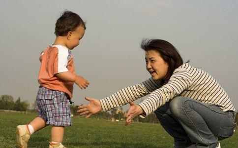 宝宝多大可以穿拖鞋 宝宝几岁后可以穿拖鞋 宝宝太早穿拖鞋的危害