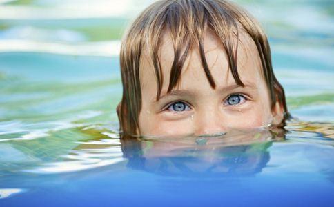 儿童学游泳好吗 儿童学游泳的好处 儿童学游泳注意事项
