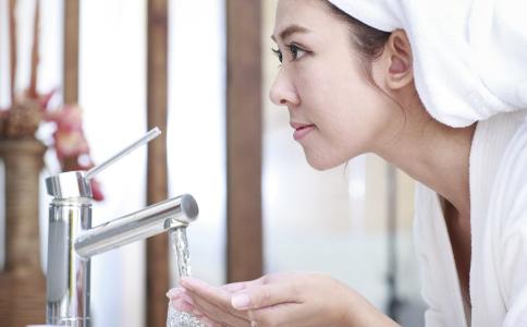 女人怎么样可以变美 女人该怎么洗脸 正确的洗脸方法是什么
