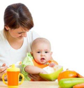 父母喂孩子饭 父母给孩子喂饭 父母喂饭