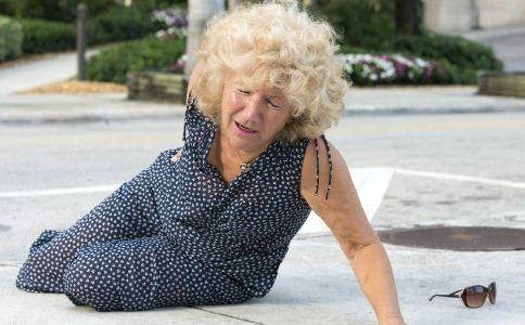 老人摔倒怎么急救 老人跌倒之后要不要扶 老人摔倒之后如何急救