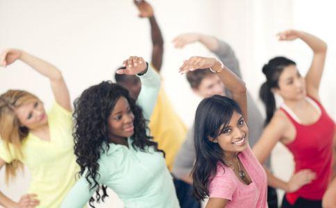 女人练瑜伽的好处有哪些 女人练瑜伽好吗 练瑜伽能塑造身材吗