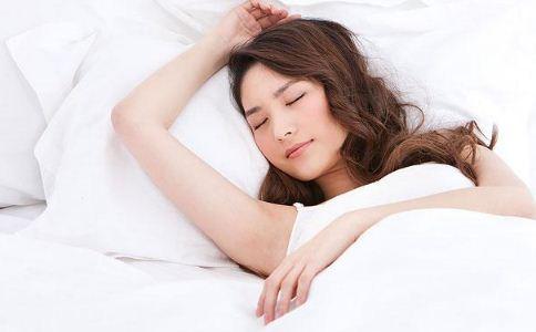 女人裸睡对身体好吗 女人裸睡要注意什么 裸睡的注意事项有哪些