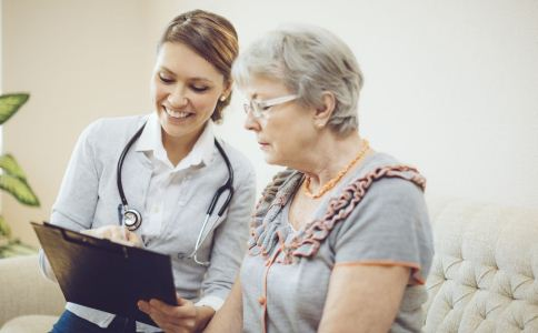50岁女人要警惕什么病 五十岁的女人该怎么保养 中老年女性该怎么保养
