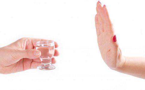 6千件假酒堆满仓库 如何辨别假酒 辨别假酒的方法
