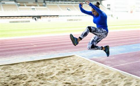 怎样提高立定跳远 立定跳远的动作要领 立定跳远的注意事项