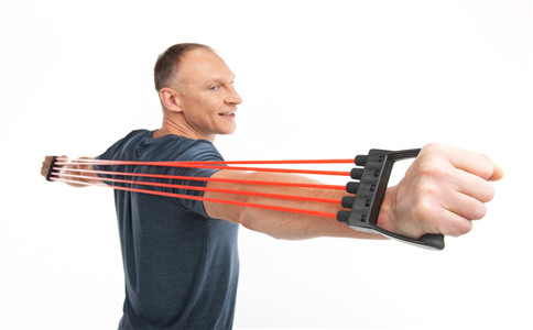 拉力器锻炼方式 拉力器怎么锻炼 训练拉力器的好处