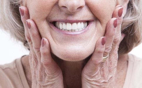 老人装什么假牙好 老人装了假牙的注意事项 老人装假牙后要注意什么