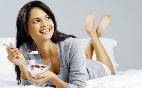 女人多喝酸奶有哪些好处 酸奶什么时间喝最好 喝酸奶要注意什么
