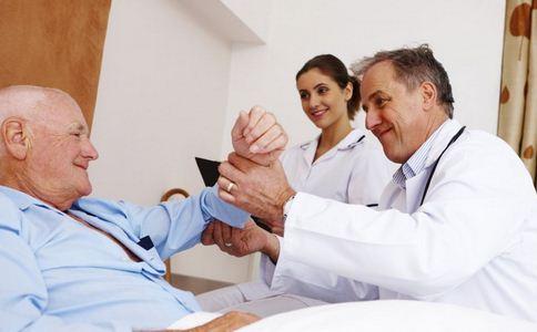 医生绘图解释病情 如何改善医患关系 促进医患关系的方法