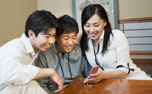 老是低头玩手机会长皱纹吗 长皱纹的原因有哪些 低头族的危害有哪些
