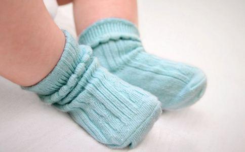 如何给宝宝挑选袜子 给宝宝挑选袜子注意什么 给宝宝挑选袜子的小窍门
