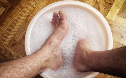 白醋泡脚能治脚气吗 白醋泡脚有什么好处 白醋泡脚能不能治脚气