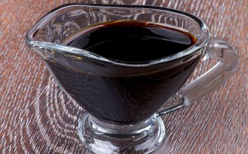 黑作坊勾兑酱油 如何辨别酱油 酱油的辨别方法