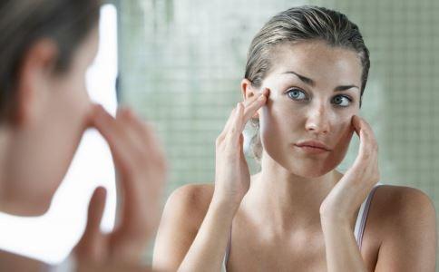 脸上很爱出油怎么办 脸上出油如何控油 刮痧能缓解脸上出油吗