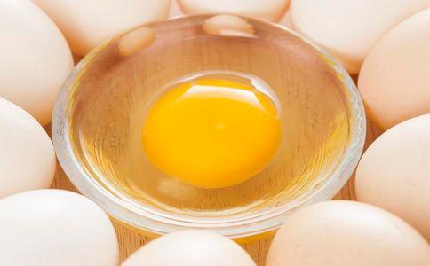 """母鸡产下半斤重""""巨蛋"""" 母鸡产下半斤重鸡蛋 蛋中蛋的原因"""